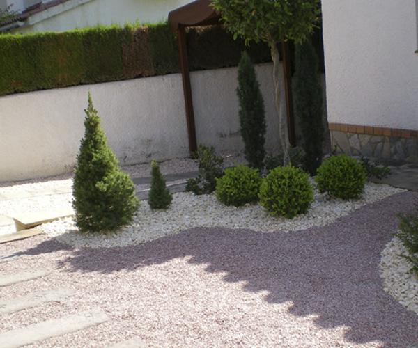 Jardineria benages mantenimiento de bajo jard n reus y for Jardines con poco mantenimiento
